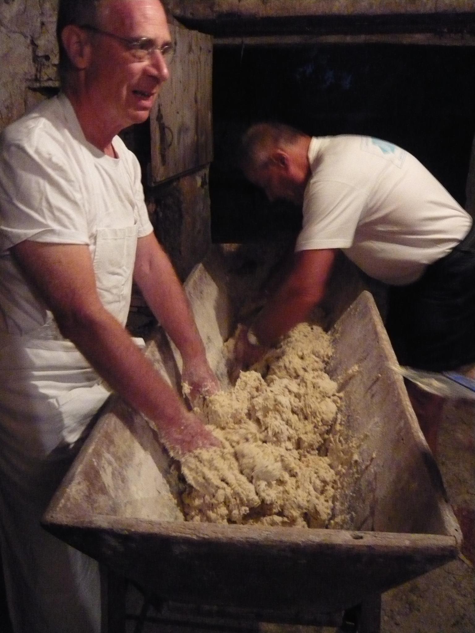 Les mitrons pétrissent la pâte