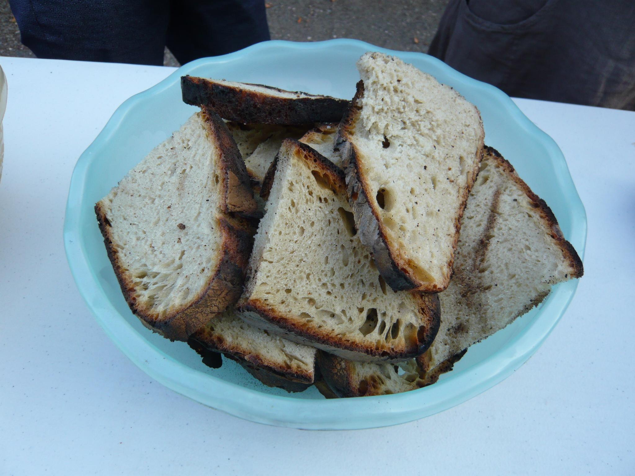 Le pain est coupé, le repas peut commencer