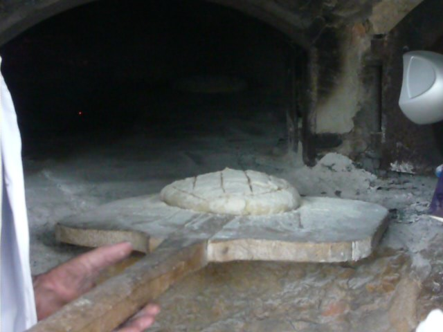 Pendant ce temps, le pain est mis au four : les tourtes au fond ...