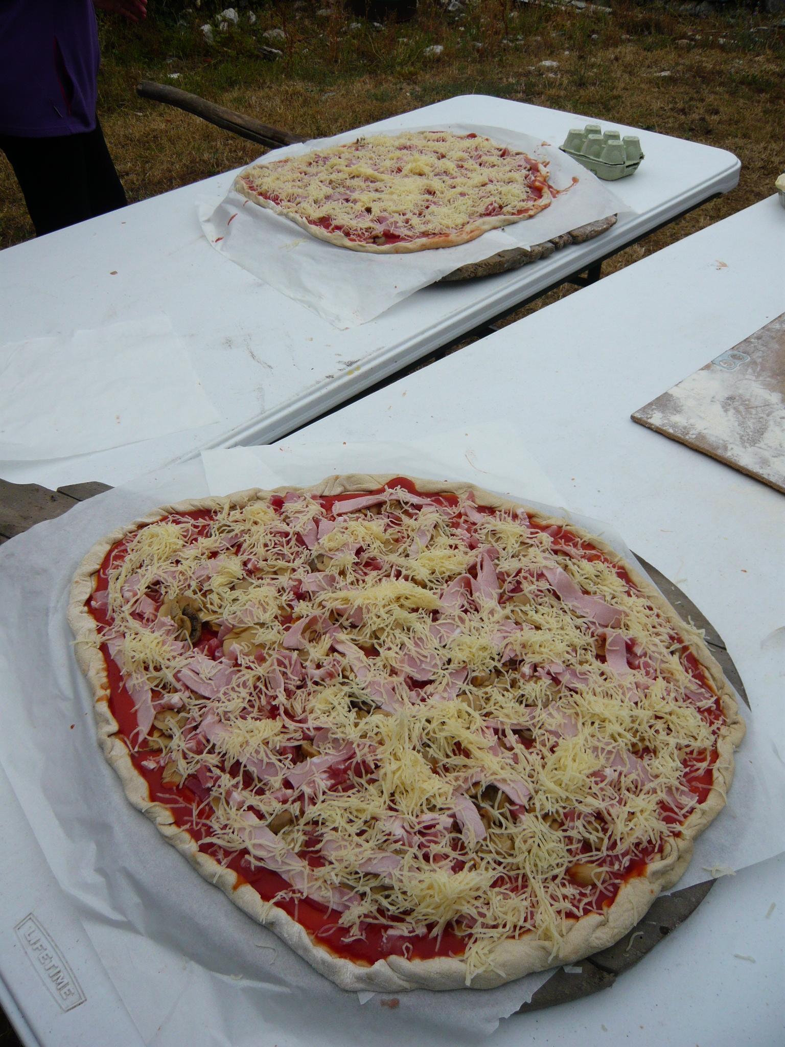 Pizza prète à être enfournée