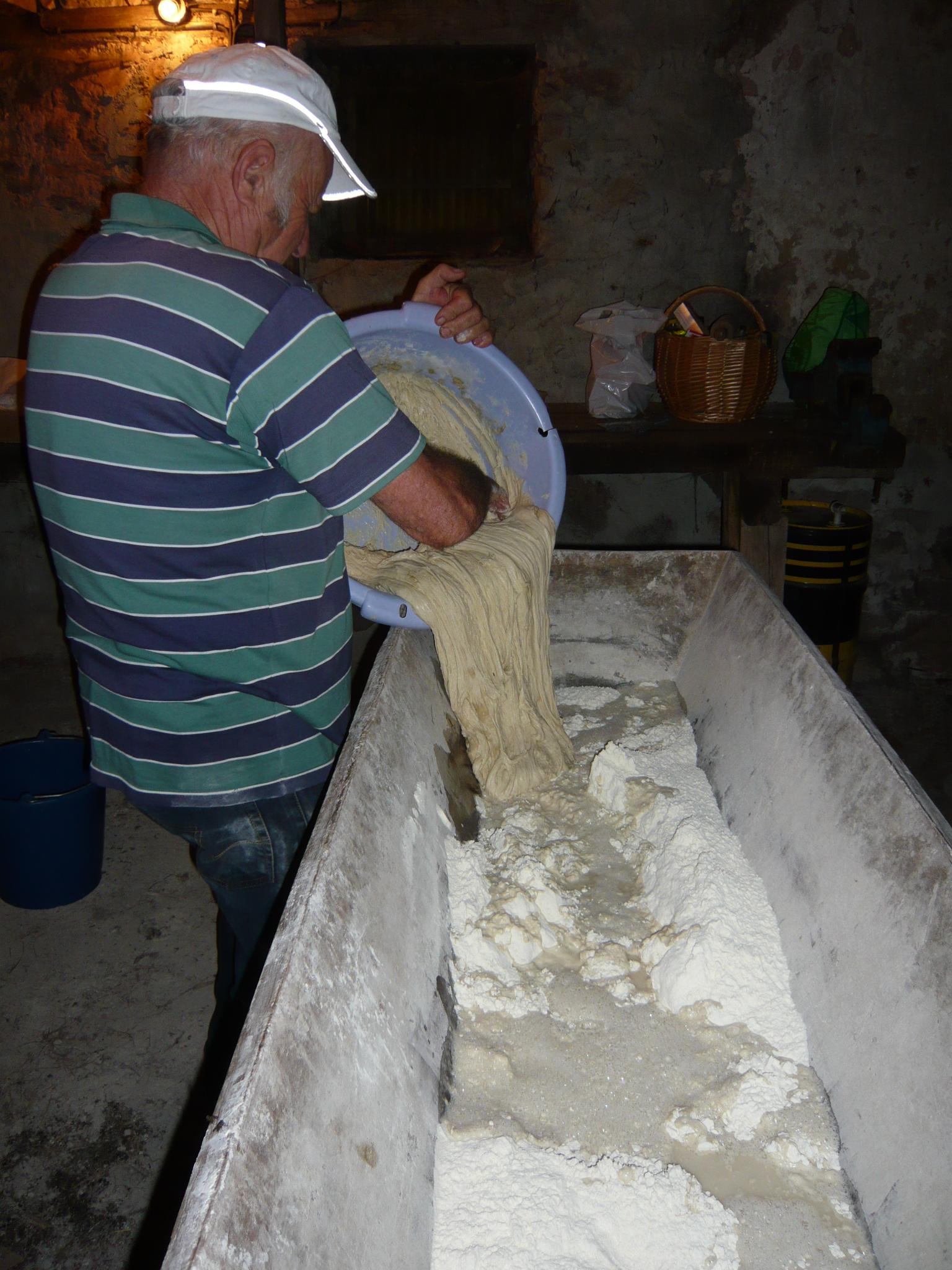 Jean-Marie, le boulanger, prépare la pâte