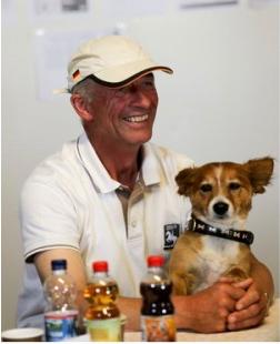 Hans Melzer mit seinem Hund Foxi anläßlich einer Pressekonferenz in Marbach