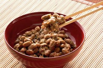 大粒の大豆のみを厳選して使用。納豆特有の匂いを抑えた「関西風」。