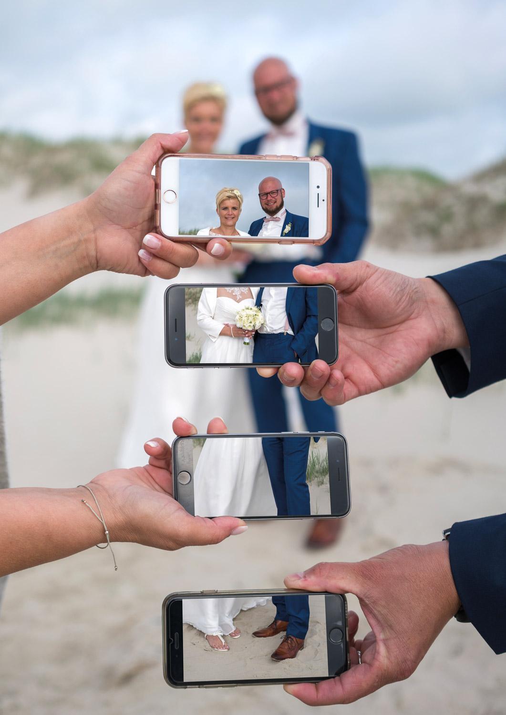 lustige hochzeitsbilder, witzige hochzeitsbilder, hochzeitsbilder st. peter-ording, fotograf hochzeit, fotograf st. peter-ording, handy hochzeitsbild, strand, nordsee, after wedding