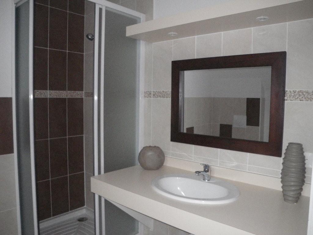 Salle de bain attenant à la chambre