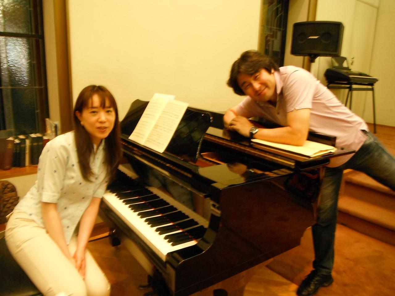 ピアノの太刀川琴絵先生と山口先生。休憩中のひとコマ。