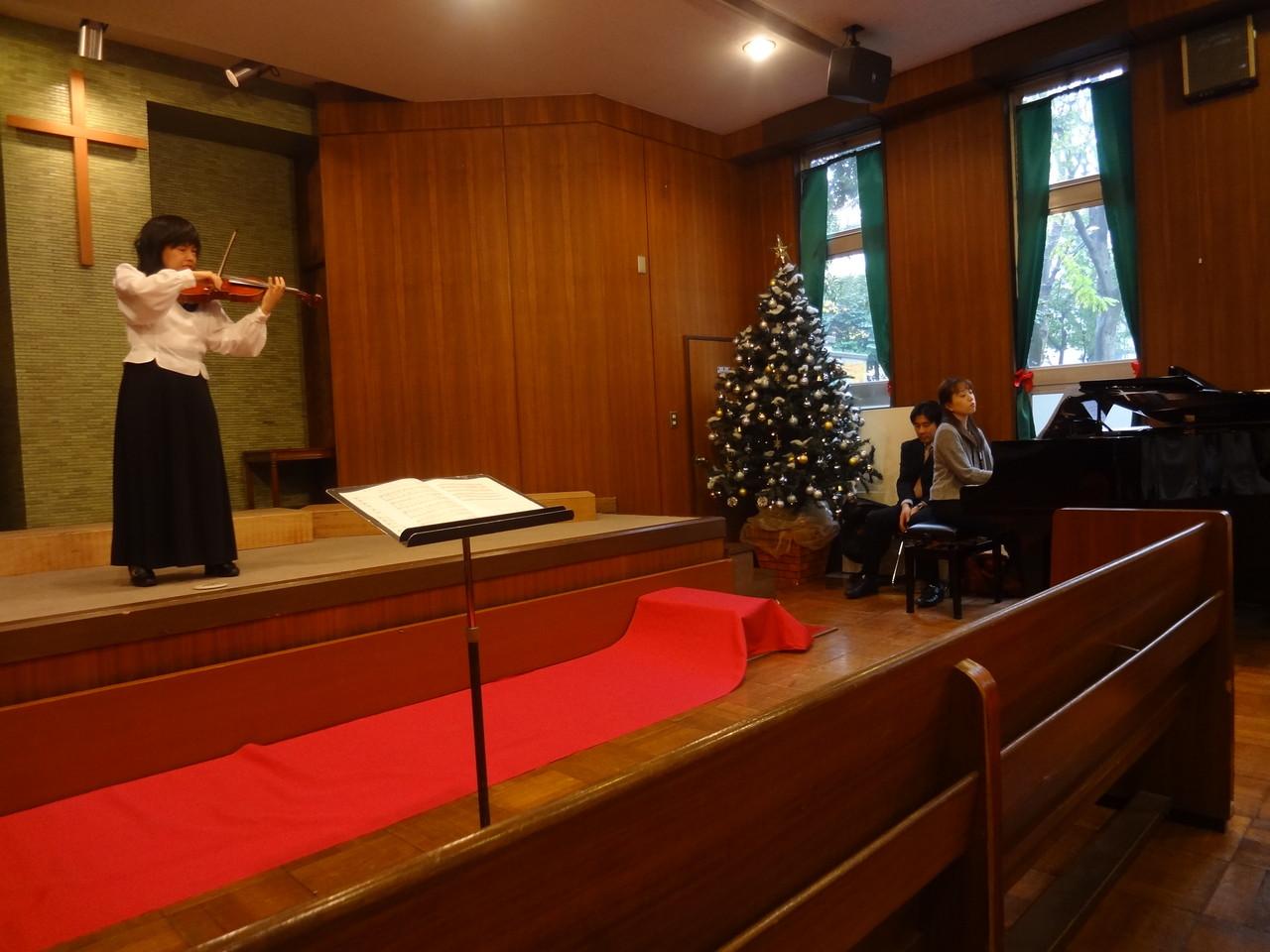 緊張の荒木さんに琴絵先生のピアノが優しく響きバックアップ。