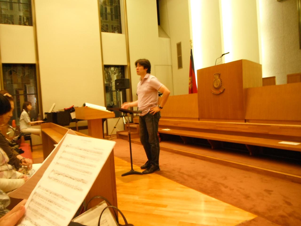 いよいよ練習開始。合唱指導山口浩史先生。