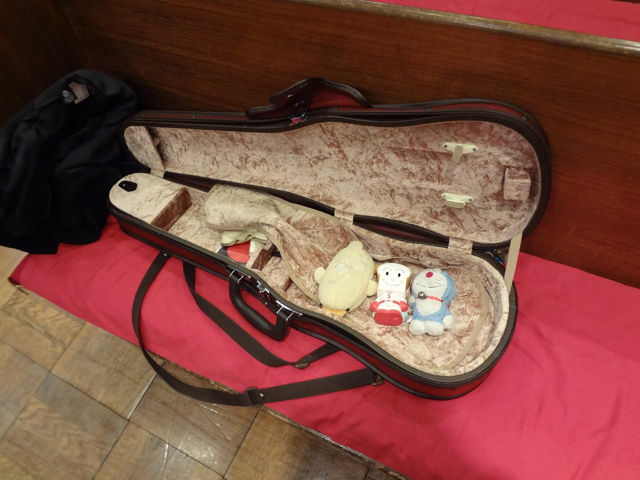 ヴァイオリンケースの中には、荒木さんのお守りが。