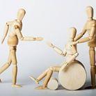 Holzfiguren - Physiotherapeut und Patient