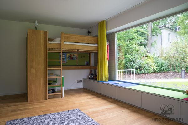 Kinderzimmer | Hochbett | Sideboard als Sitzbank | Herz & Hobel | Schreinerei München