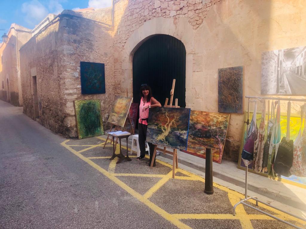 Künstlerin Christina Etschel mit Bildern am Marktplatz Santanyi / Mallorca