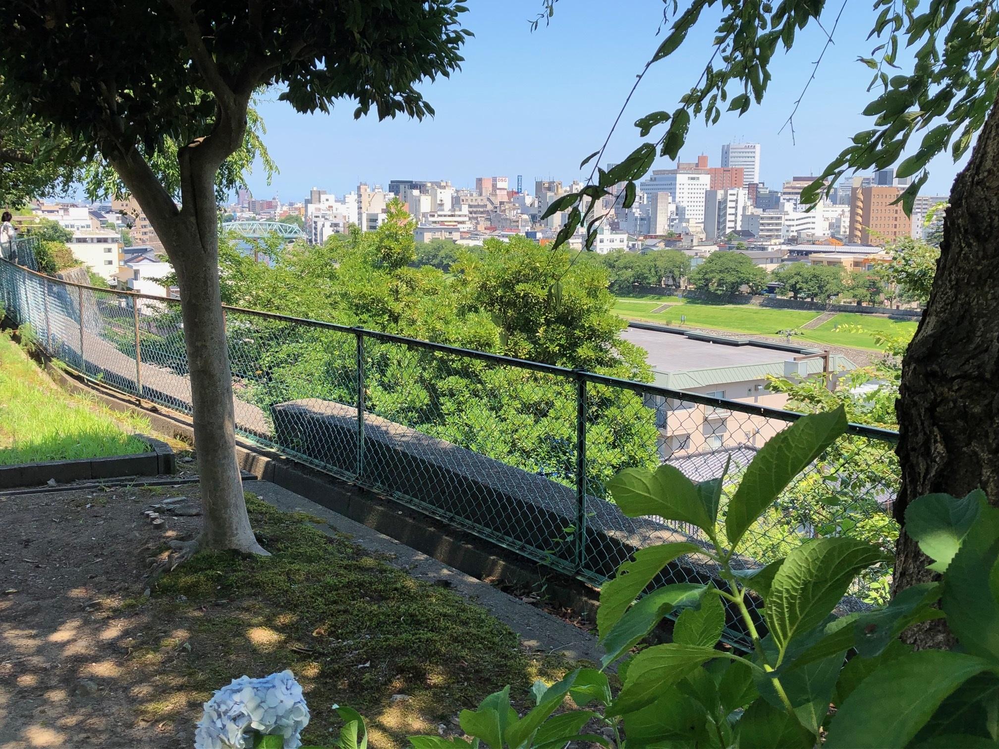 寺町台に建つ長久寺からは犀川と金沢の町を一望できます