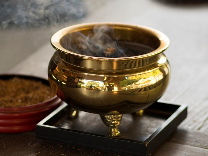 お寺にいろいろある仏具について、手入れや特徴を習います