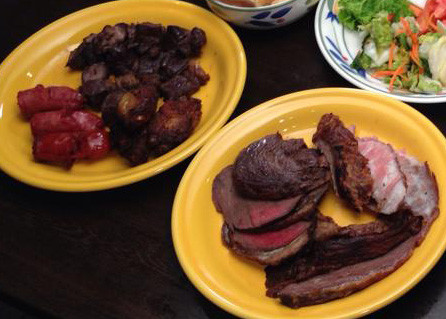 食べ放題コースでは、シュハスコは黄色いお皿にサーブされます