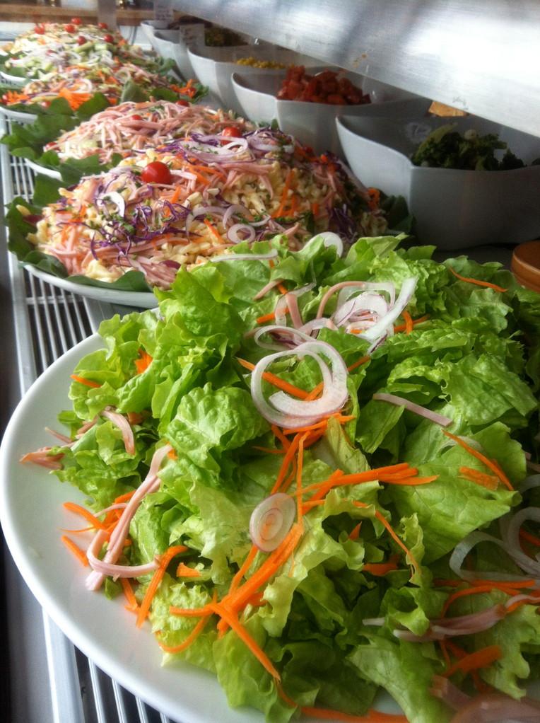 常時15〜6種類のサラダが並ぶサラダバー
