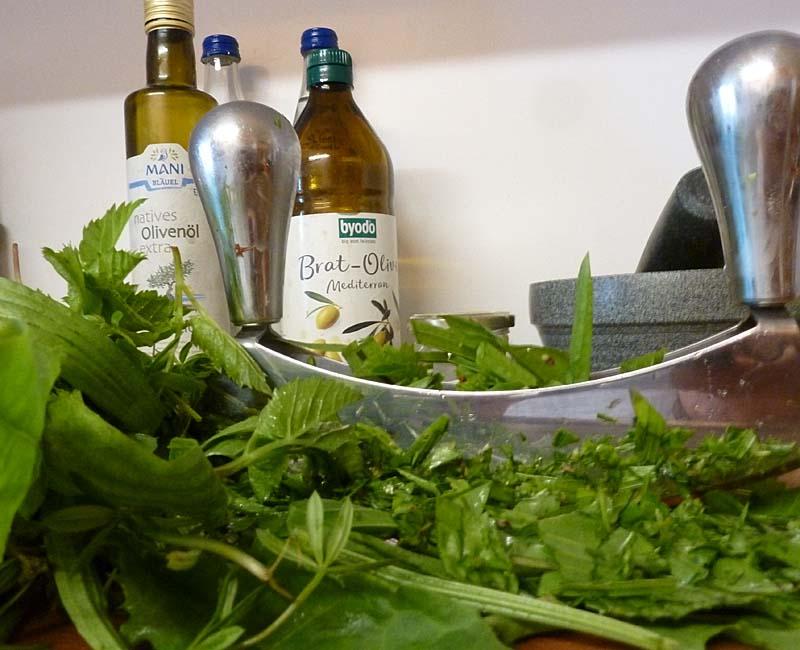 Wildkräuterpesto-Zubereitung