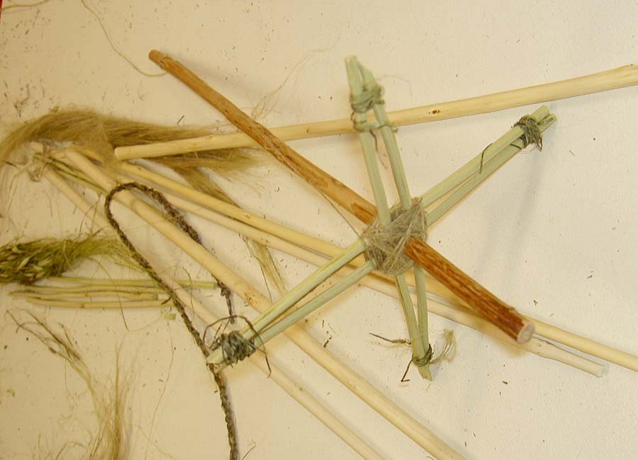 Spindel aus Stöcken und Brennnesselfaser
