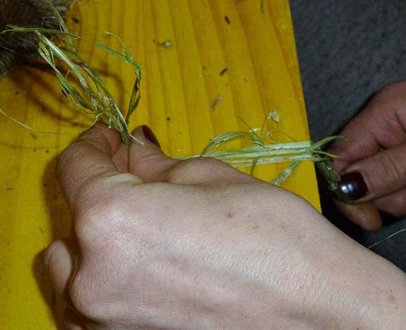 Fasern an der Tischkante reiben