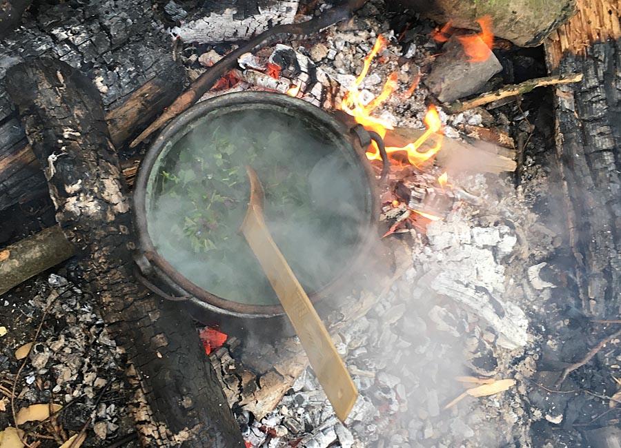 Brennnesselsuppe auf dem Feuer