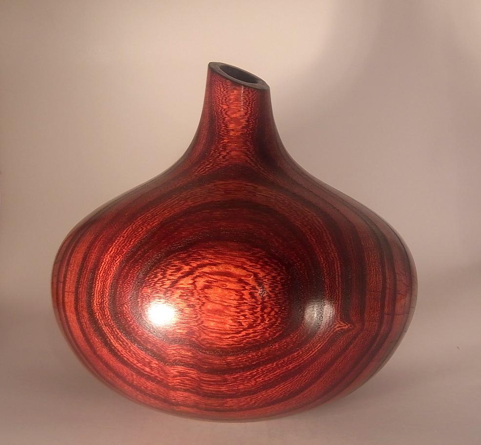 Vase en orme brulé et teinté