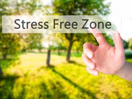 sfondo verde con mano che clicca su scritta Stress Free Zone
