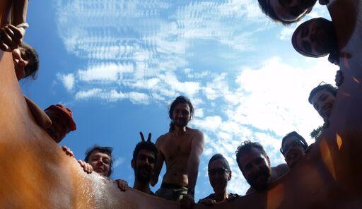 Photo de l'equipe de vendangeurs prise par une grappe de Mornen noir