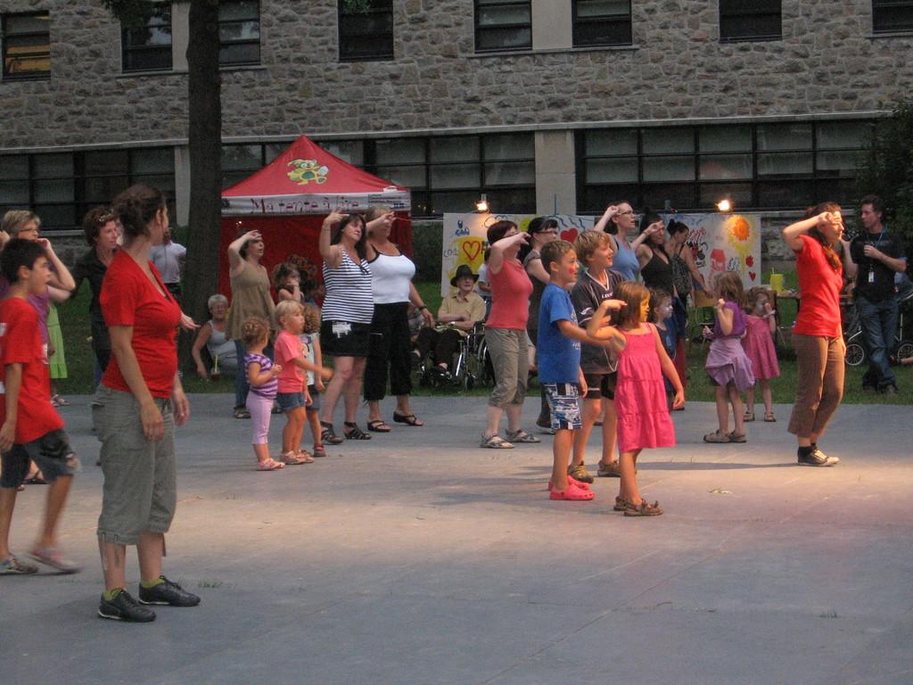 Performance pendant un spectacle extérieur au Quartier des arts de L'Assomption.
