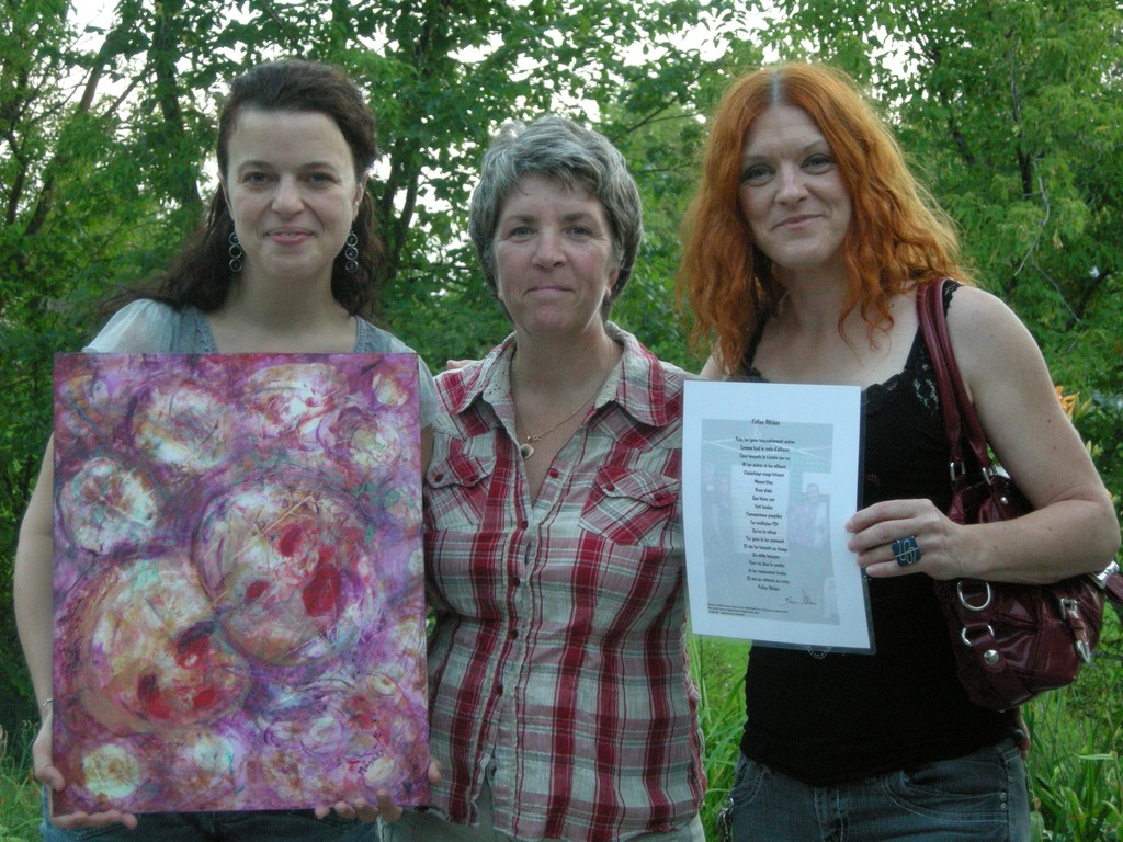 Notre généreuse donatrice Martine Lebeau reçoit l'oeuvre mixte contre un chèque de 85$. Merci à tous!