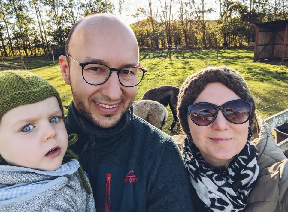 Family Selfie mit zwei Alpakas