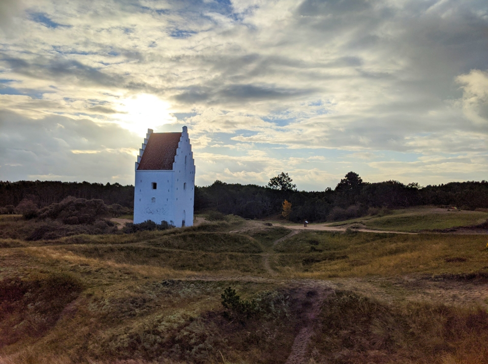 Die versandete Kirche bei Sonnenaufgang