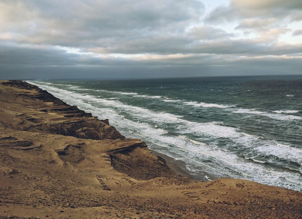 Die Wellen prallen auf die Steilküste