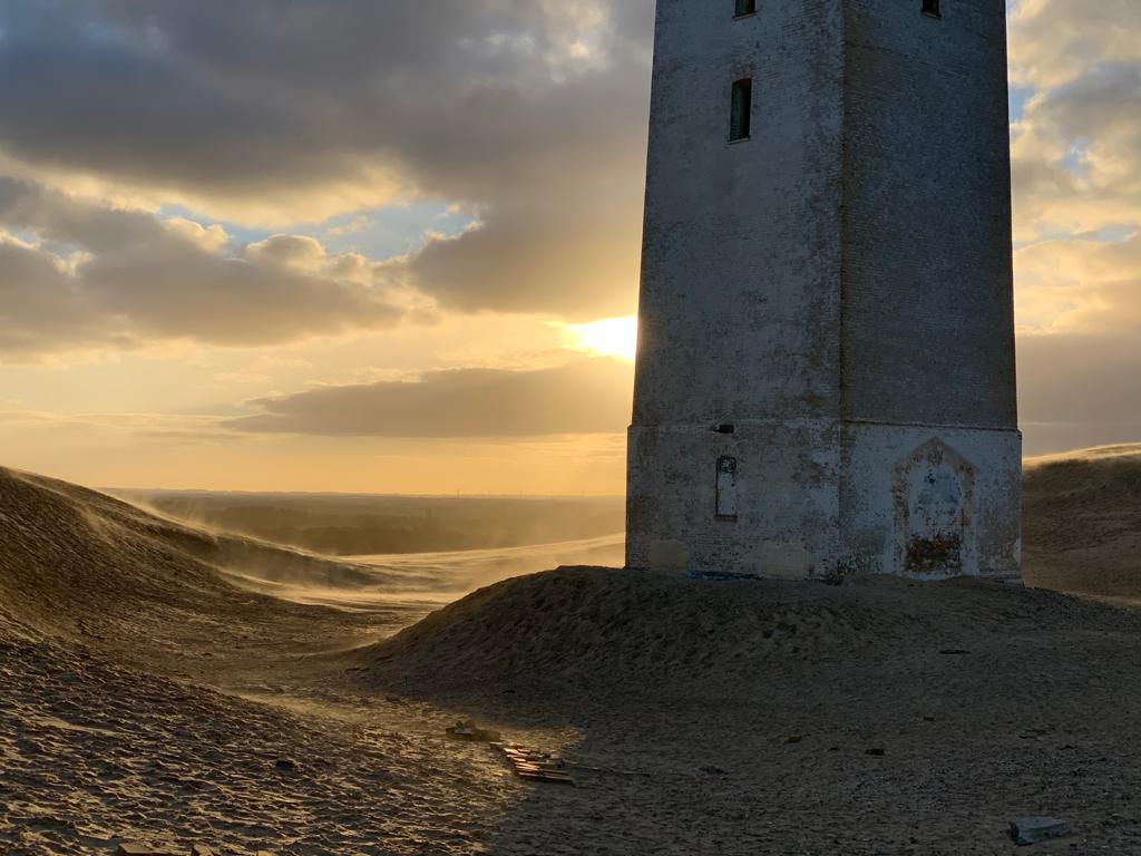 Der Wind wirbelt den Sand auf