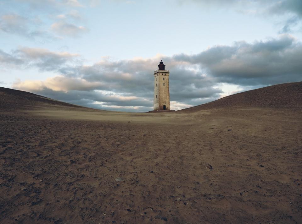 Ständig wandelnde Dünen und der Leuchtturm mittendrin
