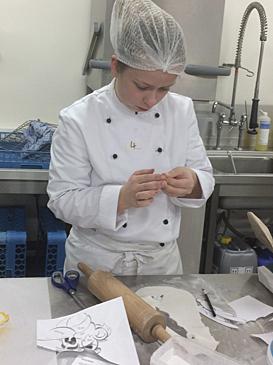 Michelle Meier beim Dekorieren ihres Karamellstücks