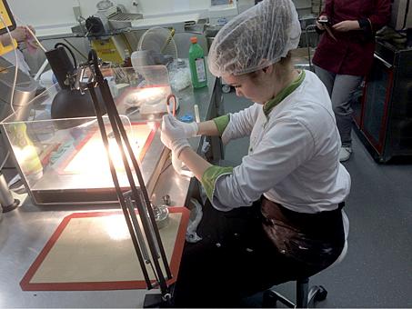 Talitha Löwe beim Herstellen eines geblasenen Zuckerschaustücks (Elch)