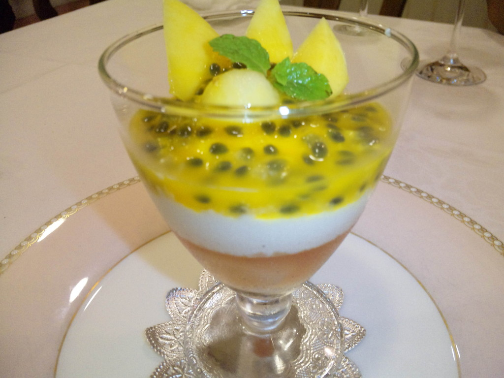 デザート(mili's用) 下から桃、チーズクリーム、パッションフルーツ、マンゴー添え