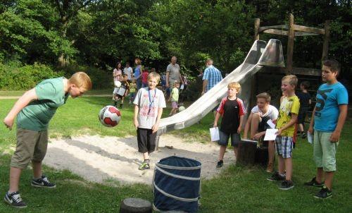 Zu den Disziplinen der Sommerfestfußball-Olympiade des SV Güllesheim gehörte auch der Kopfball in die Tonne. Foto: Petra Schmidt-Markoski