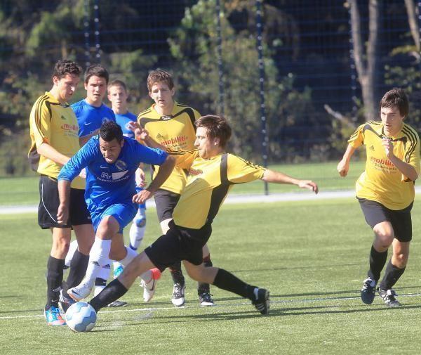 Alper Yücel ist in dieser Szene gleich von drei Ellinger Spielern (gelbe Trikots) nicht zu halten. Mit einem verwandelten Foulelfmeter brachte Yücel seine Mannschaft kurz vor der Pause auf die Siegerstraße.
