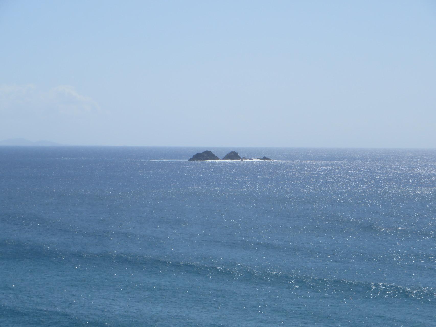 Eine einsame Insel in der Ferne.