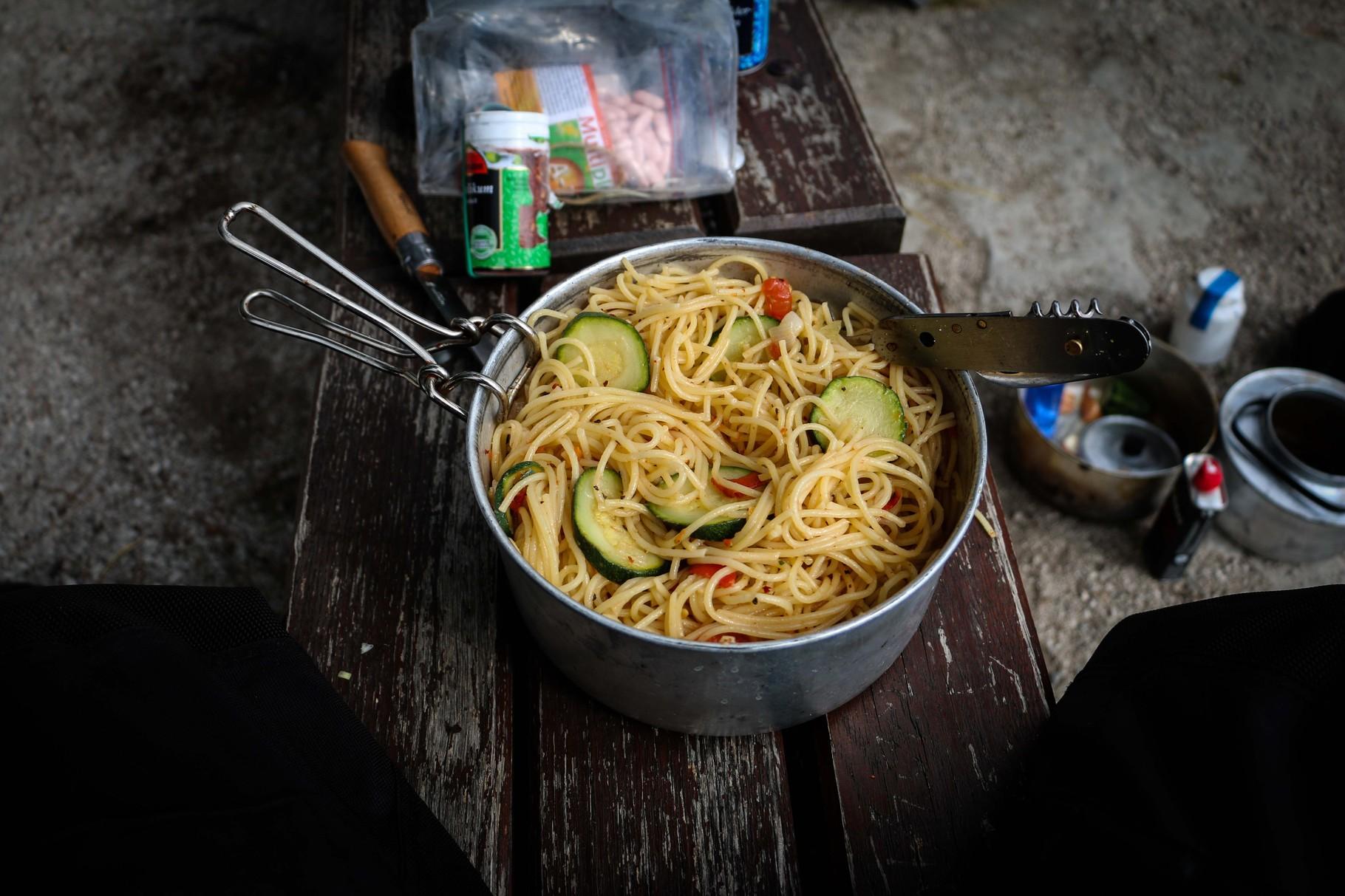 Nudeln mit Zuchini, Zwiebel und Tomaten zum satt essen