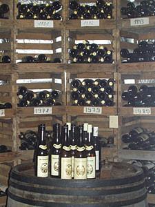 Weinkeller der Familie mit alten Jahrgängen.
