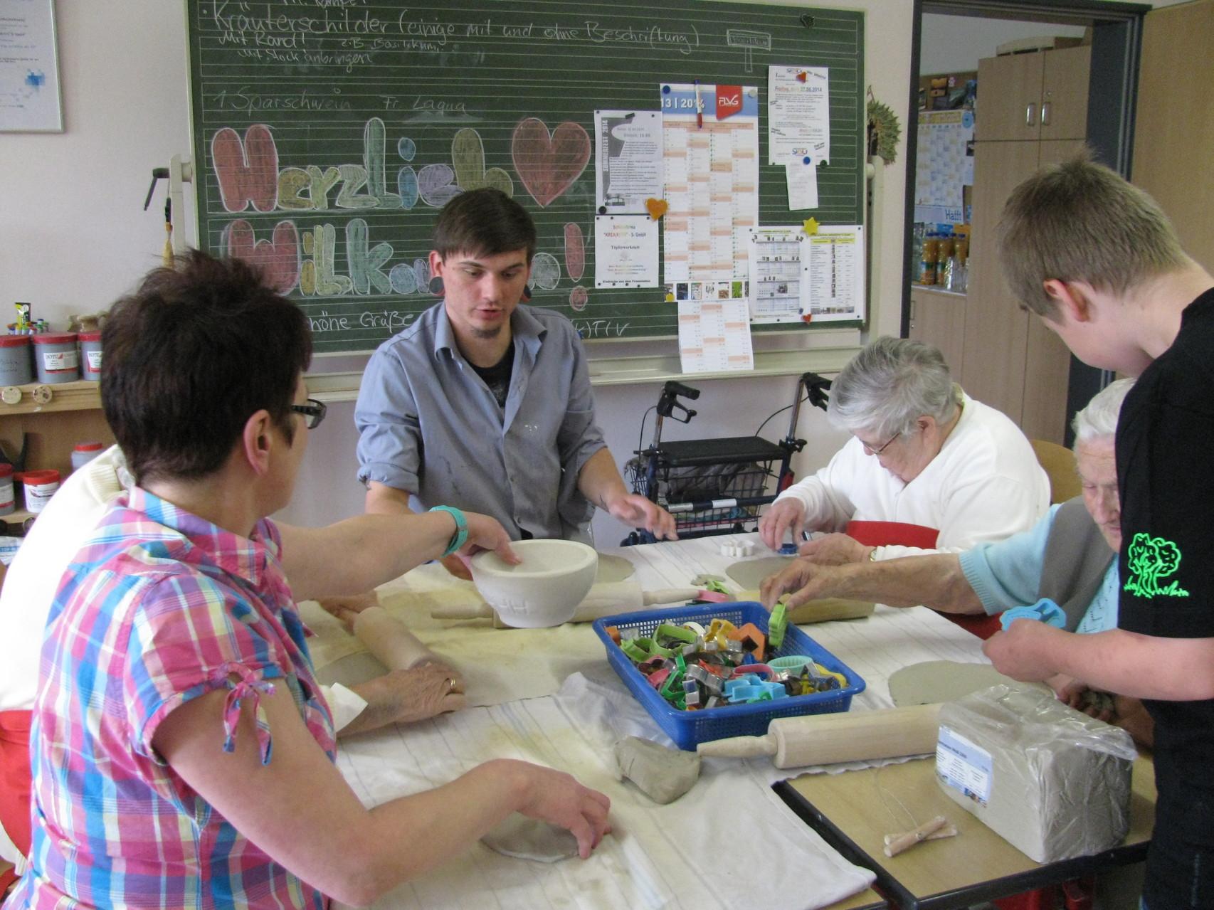 Mitarbeiter, Bewohner und Auszubildende saßen an einem Tisch