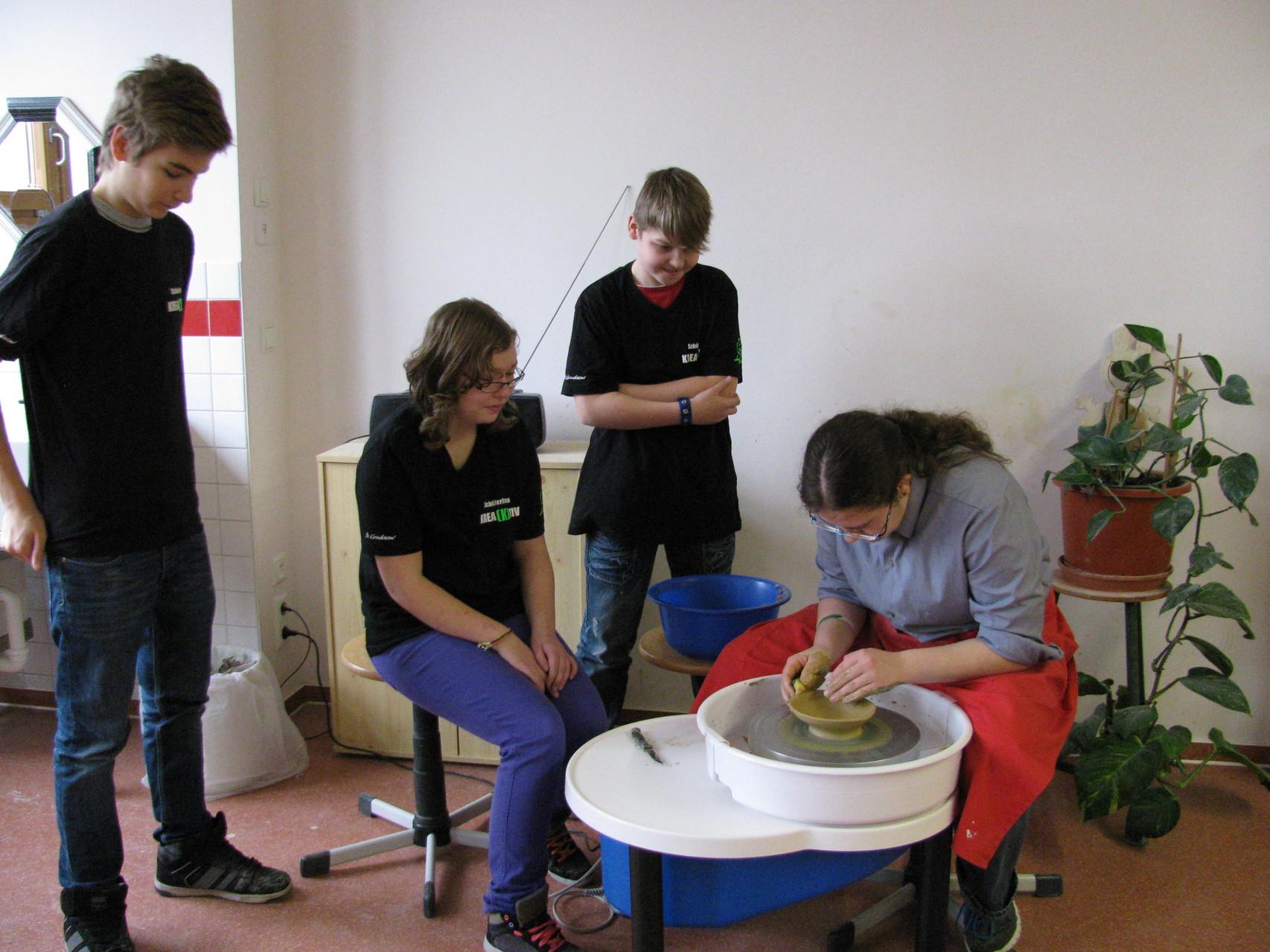 Colin, Lea und Lukas staunen nicht schlecht, wie gut Sarah die Töpferkunst an der elektrischen Dreshcheibe schon von der Hand geht