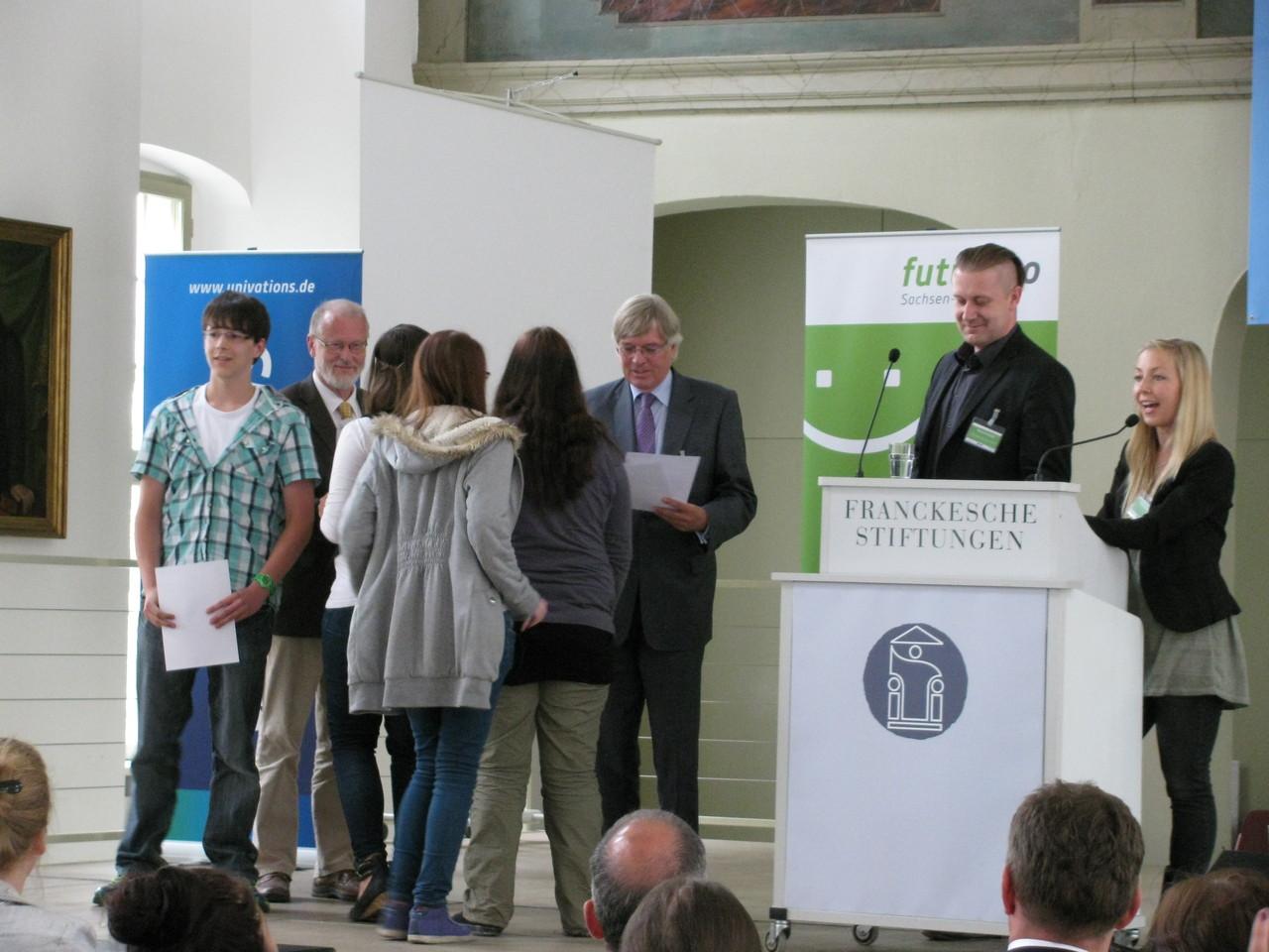 Herr Hartmut Möllring gratuliert hier als Minister für Wissenschaft & Wirtschaft des Landes Sachsen - Anhalt unseren 4 Schülern