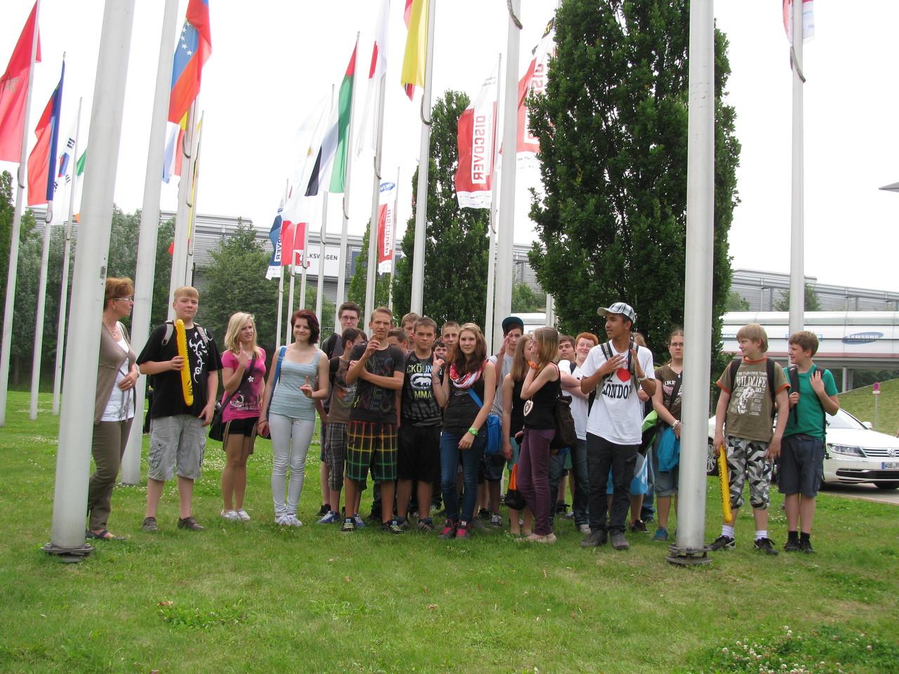 während sich unsere Schülergruppe unter diesen Teilnehmerflaggen der WM 2013 zum Abschlussfoto versammelte, bevor es dann auf den Heimweg ging.