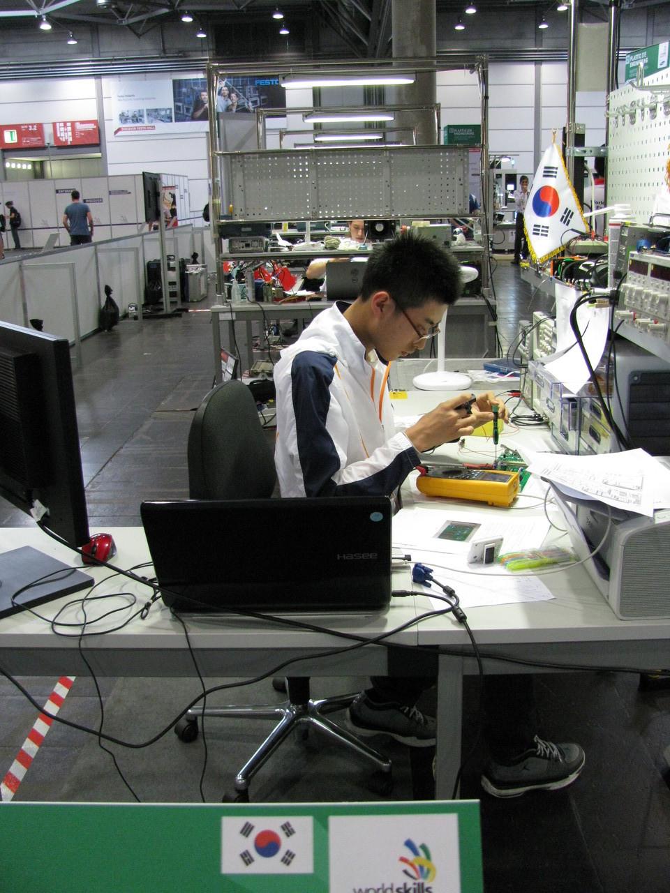 Ebenso gaben ihr Bestes: Myeong- Jin Kim aus der Republik Korea als Elektroniker