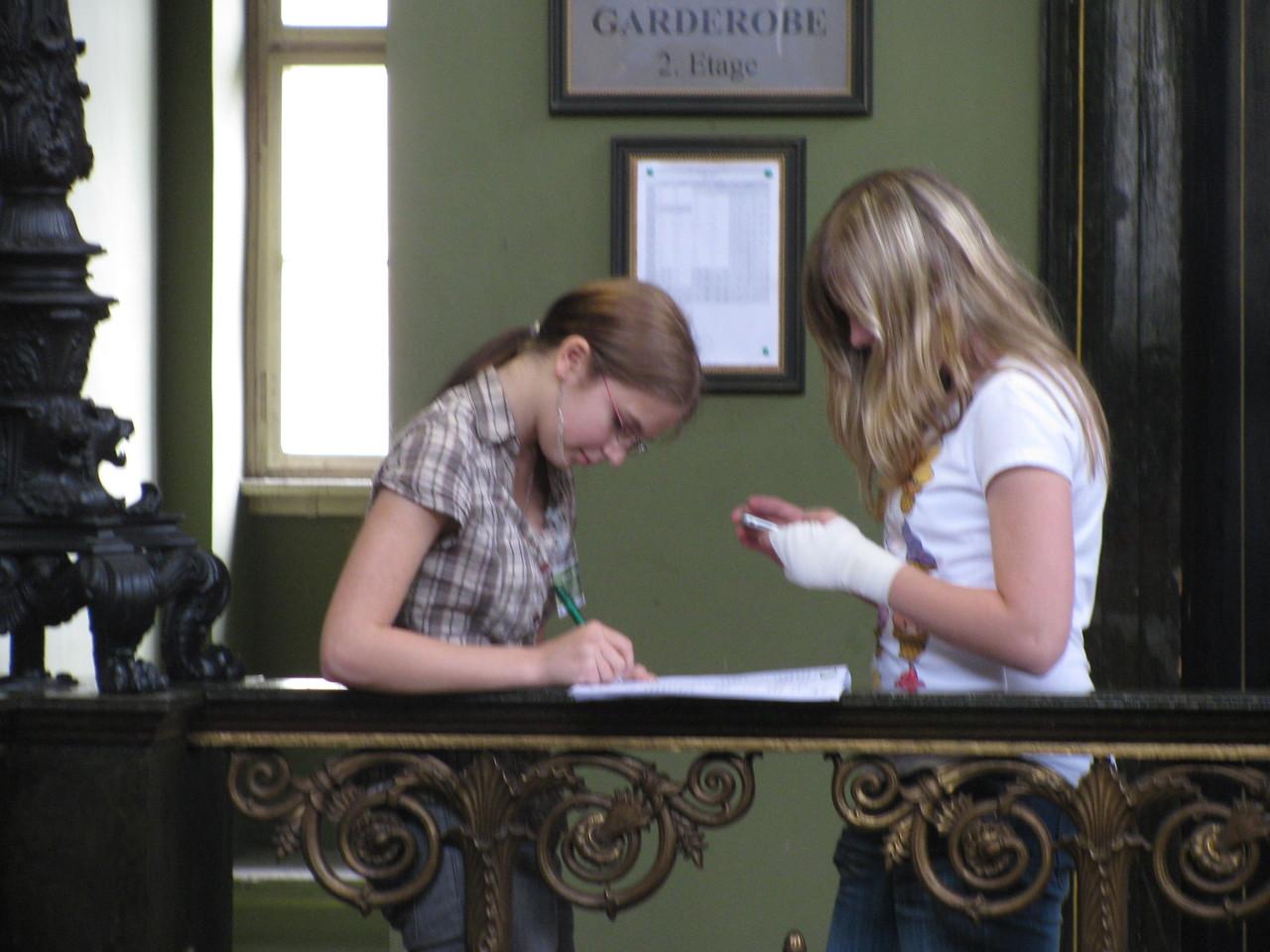 Katharina & Annabell lösen Aufgaben
