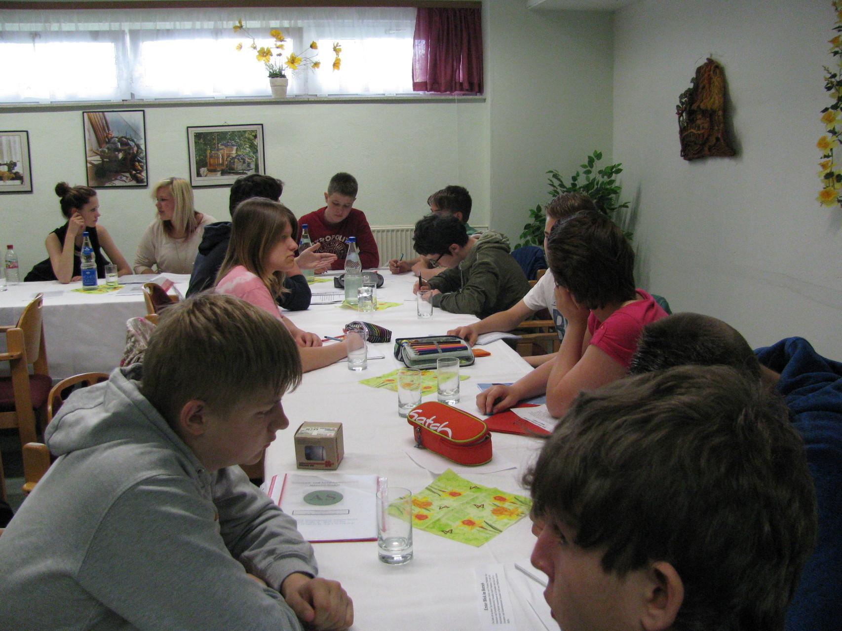 In kleinen Teams wurden zum Ende des Präsentationstages gemeinsam kleine Zeitungsartikel geschrieben