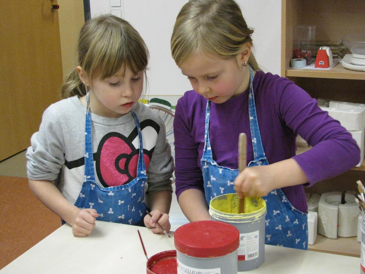 XENA (links) bringt ihrer Freundin PAULA bei,                                                  wie die Glasur vorbereitet wird